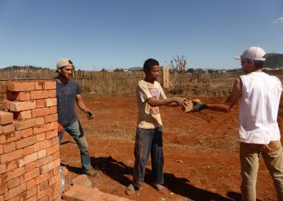 Jour 10   Chaîne humaine pour déplacer les briques