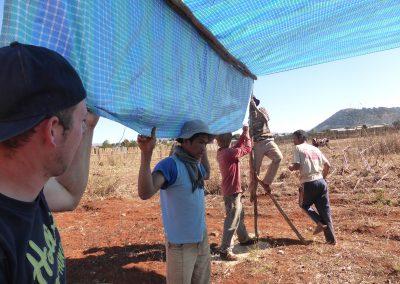 Jour 10   Installation du préau éphémère pour que les équipes puissent s'abriter de l'ombre