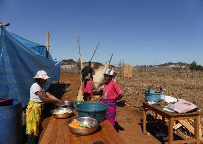 """Jour 21   Claudine et Josiane préparent le """"sakafo"""" (repas)"""