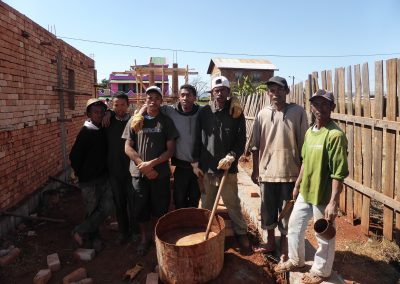Jour 21   Une partie de l'équipe devant le mortier local (de la terre et de l'eau)