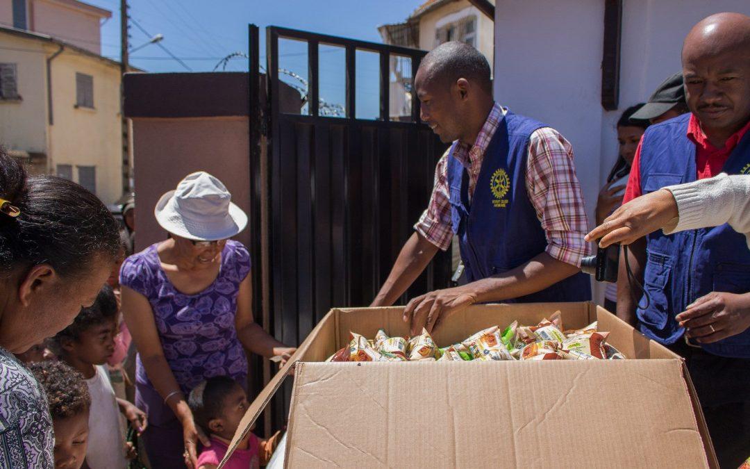 Distribution d'un goûter pour les bénéficiaires de Grandir Ailleurs avec le Rotary Club Antsirabe et le Rotaract Antsirabe