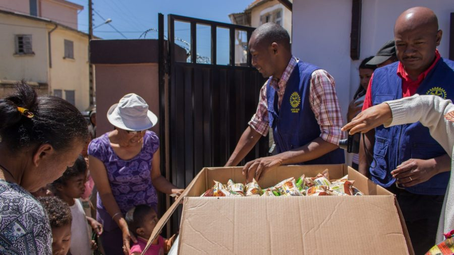 Distribution du goûter de Noël - Rotary Club