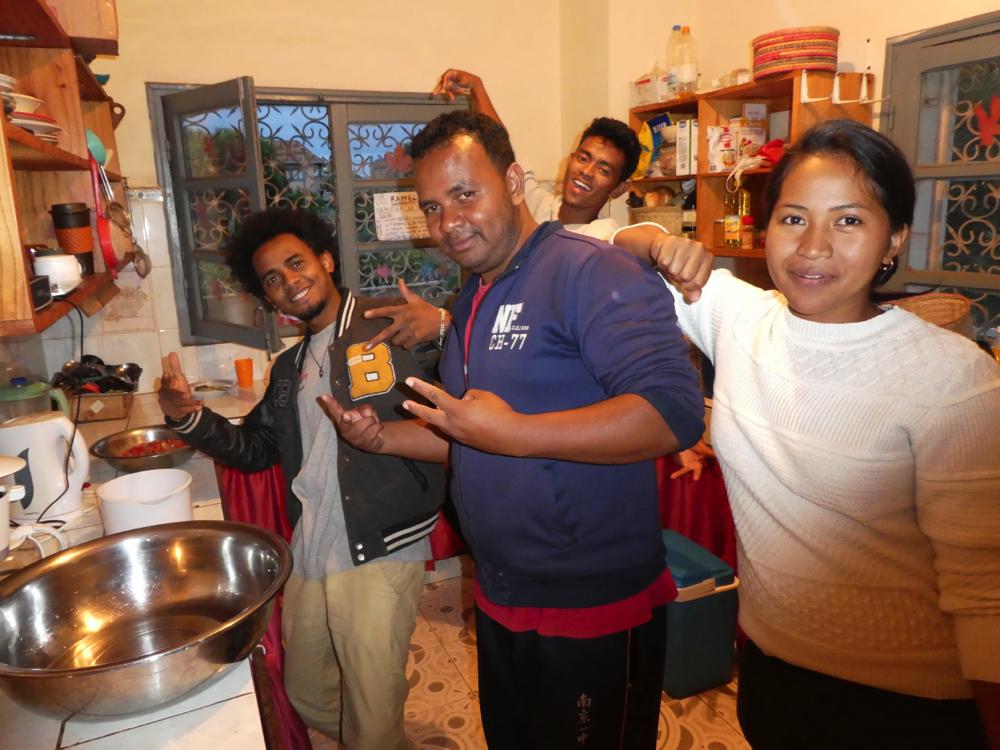 Préparation maraude - l'équipe en cuisine