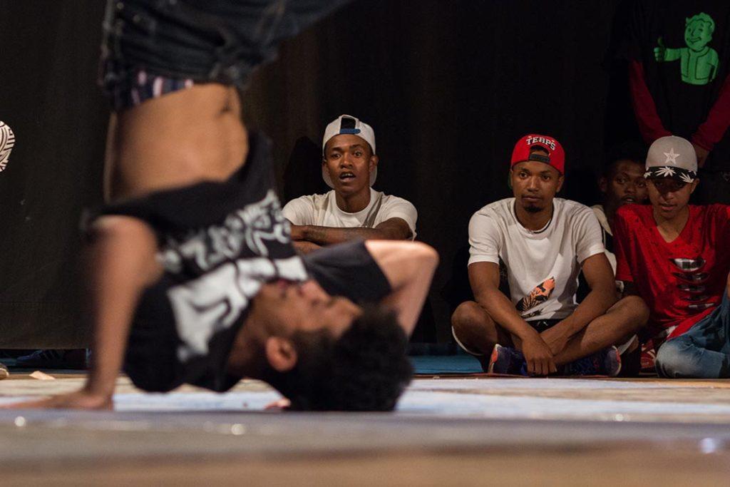 Danseurs de hip-hop sur la scène de l'Alliance Française