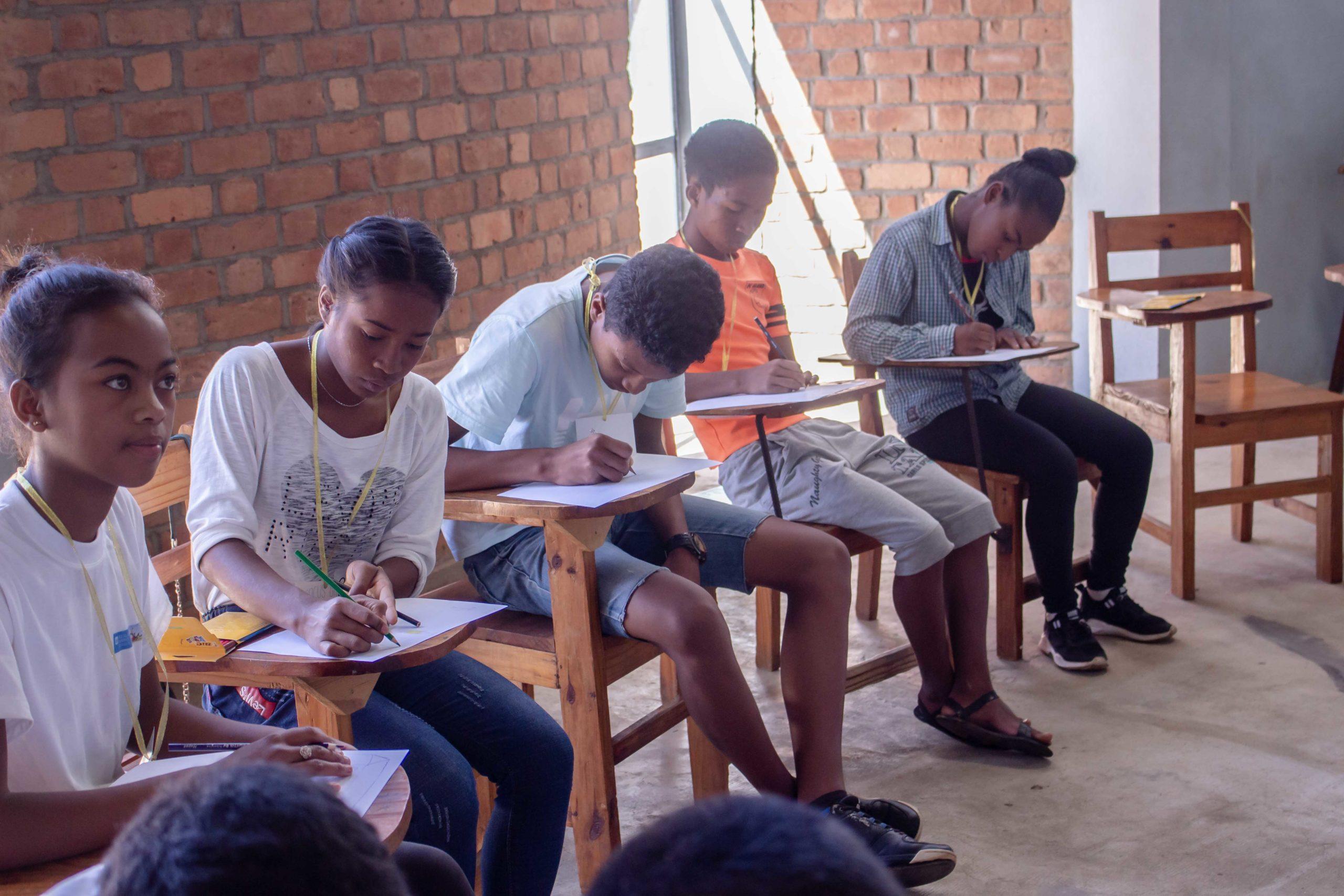 groupe de jeunes dessinant