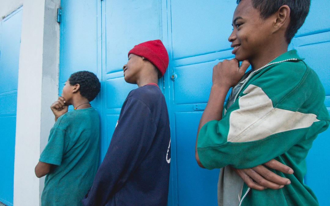 Enfants devant une porte