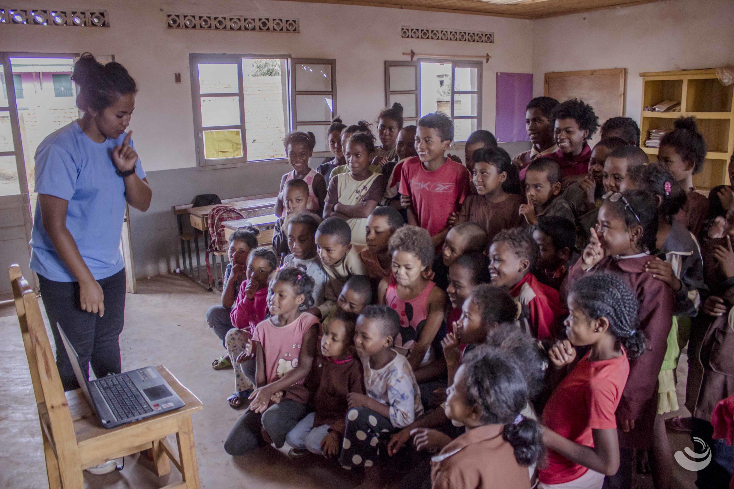 enfants qui regardent une vidéo